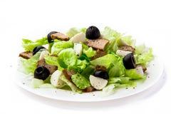 Salada fresca com alface, carne e azeitonas fotos de stock royalty free