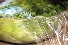 Salada fresca com a coberta do envoltório plástico imagem de stock