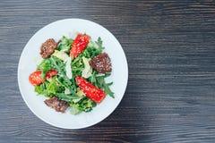 Salada fresca com fatias de carne Fundo de madeira imagens de stock royalty free