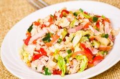 Salada fresca com galinha, presunto e vegetais fotografia de stock