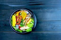 Salada fresca com galinha, tomates e verdes misturados, salada de milho, rúcula, mesclun, mache imagem de stock royalty free