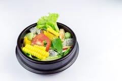 Salada fresca com galinha, tomates e verdes misturados, salada de milho, rúcula, mesclun, mache fotografia de stock