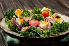 Salada fresca com galinha, tomates, ovos e alface na placa Imagens de Stock Royalty Free