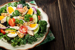 Salada fresca com galinha, tomates, ovos e alface na placa Fotografia de Stock