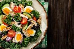 Salada fresca com galinha, tomates, ovos e alface na placa Imagem de Stock