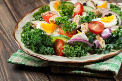 Salada fresca com galinha, tomates, ovos e alface na placa Imagem de Stock Royalty Free