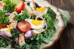 Salada fresca com galinha, tomates, ovos e alface na placa Imagens de Stock