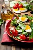Salada fresca com galinha, tomates, ovos e rúcula na placa Imagens de Stock Royalty Free
