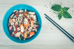 Salada fresca com marisco e vegetais fotografia de stock