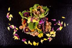 Salada fresca com marisco tradicional dos camarões imagens de stock