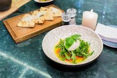 Salada fresca com queijo e rucola imagens de stock royalty free