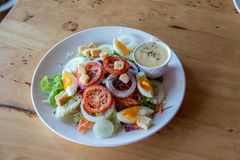 Salada fresca com tomates dos vegetais, pepinos, alface, folhas da salada e ovos no espaço da opinião superior e da cópia do fund foto de stock royalty free