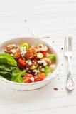 Salada fresca com tomates e queijo imagens de stock