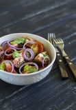 Salada fresca com tomates em uma bacia branca Foto de Stock Royalty Free