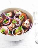Salada fresca com tomates em uma bacia branca Foto de Stock