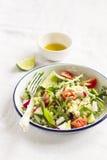 Salada fresca com vegetais e massa imagem de stock