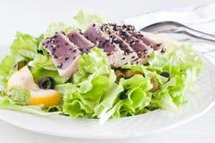 Salada fresca da alface com o atum vermelho bandeja-passado ligeiramente Imagem de Stock Royalty Free