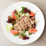 Salada fresca da carne com alface, tomates, ovos cozidos, mostarda sa Fotos de Stock Royalty Free
