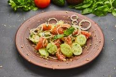 Salada fresca da mistura da desintoxicação da mola com os vegetais tais como tomates, pepinos e cebola imagem de stock royalty free
