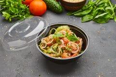 Salada fresca da mistura da desintoxicação da mola com os vegetais tais como tomates, pepinos e cebola fotos de stock