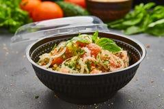 Salada fresca da mistura da desintoxicação da mola com os vegetais tais como tomates, pepinos e cebola foto de stock