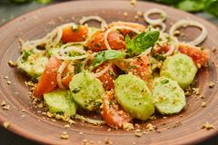 Salada fresca da mistura da desintoxicação da mola com os vegetais tais como tomates, pepinos e cebola imagem de stock