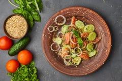 Salada fresca da mistura da desintoxicação da mola com os vegetais tais como tomates, pepinos e cebola fotografia de stock royalty free