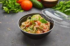 Salada fresca da mistura da desintoxicação da mola com os vegetais tais como tomates, pepinos e cebola foto de stock royalty free