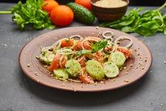 Salada fresca da mistura da desintoxica??o da mola com os vegetais tais como tomates, pepinos e cebola foto de stock