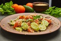 Salada fresca da mistura da desintoxica??o da mola com os vegetais tais como tomates, pepinos e cebola fotografia de stock royalty free