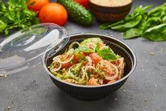 Salada fresca da mistura da desintoxica??o da mola com os vegetais tais como tomates, pepinos e cebola foto de stock royalty free