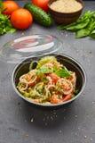 Salada fresca da mistura da desintoxica??o da mola com os vegetais tais como tomates, pepinos e cebola imagem de stock royalty free