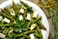 Salada fresca da mola com queijo do aspargo e de feta Imagem de Stock