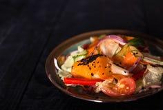Salada fresca da mola com vegetais fotografia de stock
