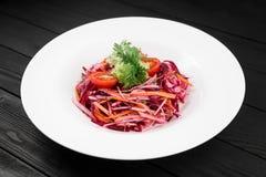 Salada fresca da vitamina da couve vermelha com cenoura e maçã Imagem de Stock Royalty Free
