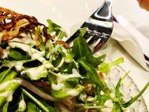Salada fresca das folhas da alface de tipos diferentes da salada do rucola das cenouras da couve das variedades Foto de Stock