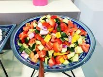 Salada fresca das folhas da alface de tipos diferentes da salada do rucola das cenouras da couve das variedades Fotografia de Stock