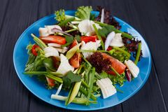 Salada fresca deliciosa com o calamar no fundo preto da cozinha, cl Imagens de Stock