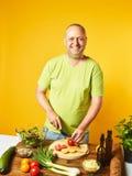 Salada fresca do cozinheiro de meia idade do homem Imagens de Stock Royalty Free