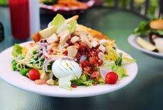 Salada fresca do jardim com galinha, bacon, e ovo Imagens de Stock Royalty Free