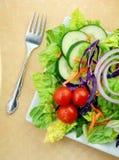 Salada fresca do jardim na placa quadrada com forquilha Fotos de Stock