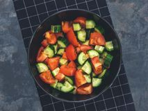 Salada fresca do tomate do pepino no fundo preto Alimento saudável A Fotografia de Stock Royalty Free