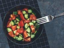 Salada fresca do tomate do pepino no fundo preto Alimento saudável A Imagens de Stock