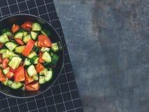 Salada fresca do tomate do pepino no fundo preto Alimento saudável A Foto de Stock Royalty Free