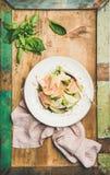 Salada fresca do verão com o presunto fumado e a pera do peru Fotografia de Stock