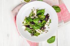 Salada fresca dos espinafres com queijo suculento Imagem de Stock Royalty Free