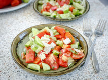 Salada fresca dos tomates e dos pepinos imagens de stock