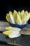 Salada fresca e saudável da chicória (endívia) em uma placa Dietético mim foto de stock