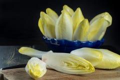 Salada fresca e saudável da chicória (endívia) em uma placa Dietético mim fotos de stock