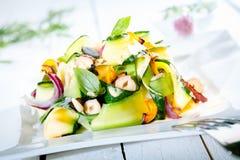 Salada fresca gourmet do verão na tabela Foto de Stock